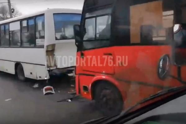 Красный ПАЗ затормозил в белом автобусе