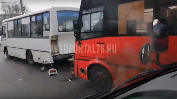Маршрутка в маршрутке: на место ДТП в Ярославле прибыли две машины медицины катастроф