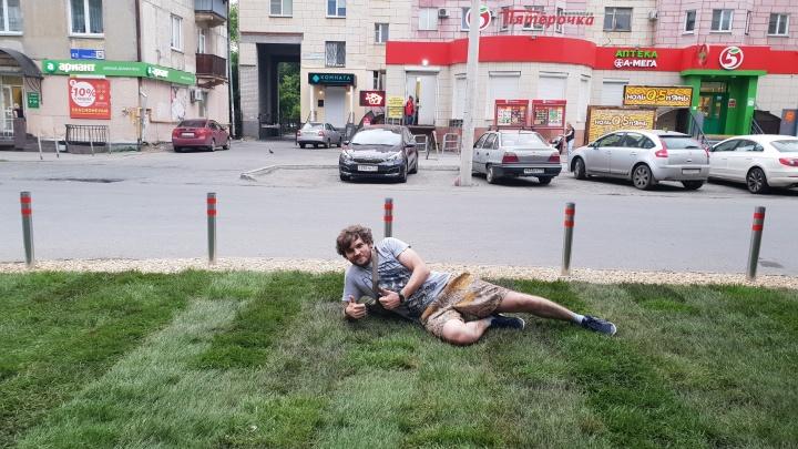«Если украдут, уеду отсюда»: челябинец на свои деньги постелил газон в центре города