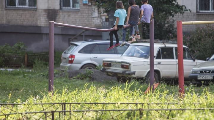 Дворовое воспитание: 10 детских площадок в Челябинске, где страшно даже взрослым
