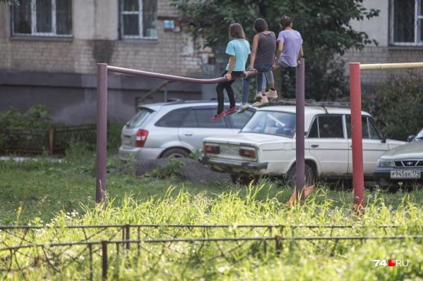 Судя по состоянию турника, на нём крутились ещё бабушки и дедушки этих ребят (Дегтярёва, 7а)