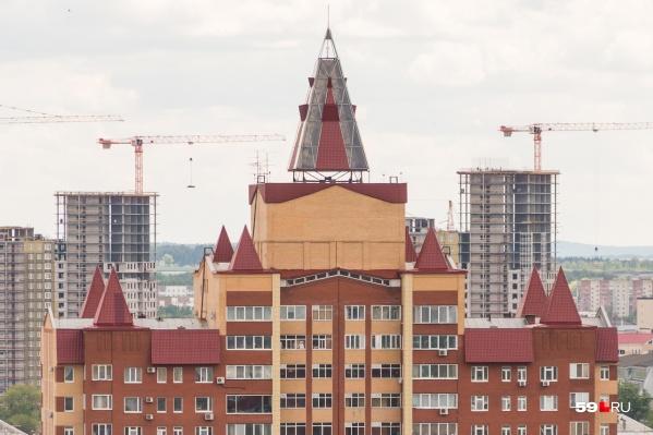 Одна из пирамид находится на улице Газеты «Звезда» за Домом офицеров. За торчащую форму дом назвали «Чертов палец»
