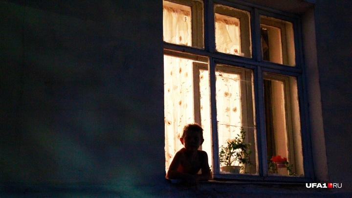 «Приехали в гости из Сургута»: в Уфе трехлетний ребенок чудом выжил при падении с пятого этажа