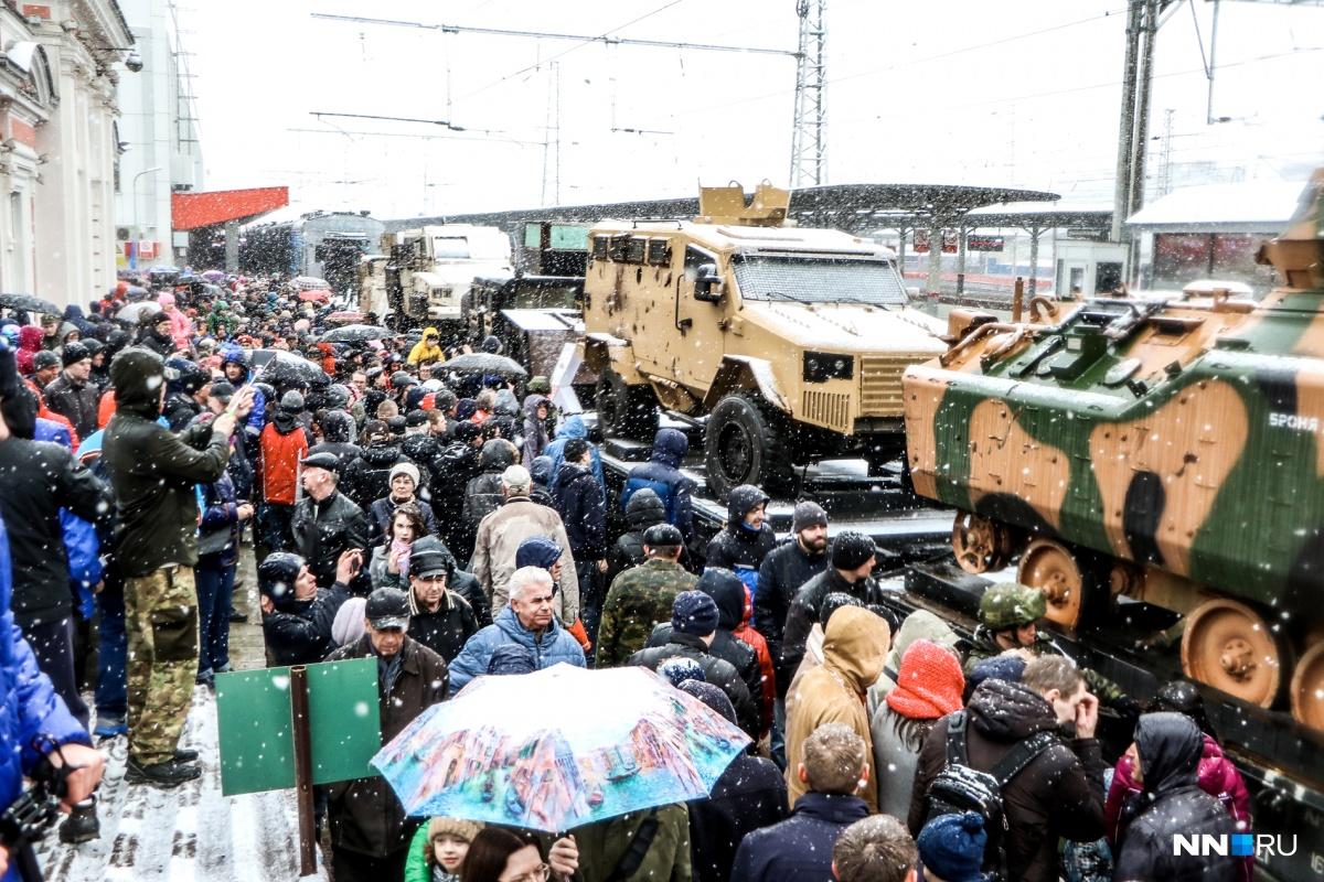 Посмотреть на захваченную технику боевиков пришли сотни нижегородцев