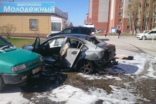 Машина загорелась во время движения —почувствовавшая это водитель свернула на парковку