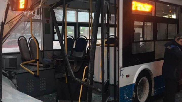 В Самаре фура пробила корпус троллейбуса