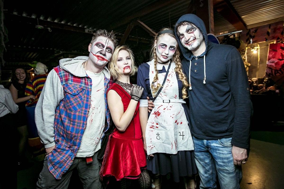 На фото Елена (третья слева) с друзьями