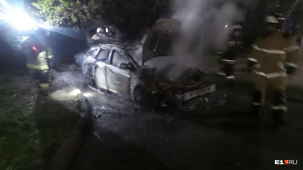 Рядом нашли бутылку из-под бензина: в Екатеринбурге во дворе сгорела иномарка