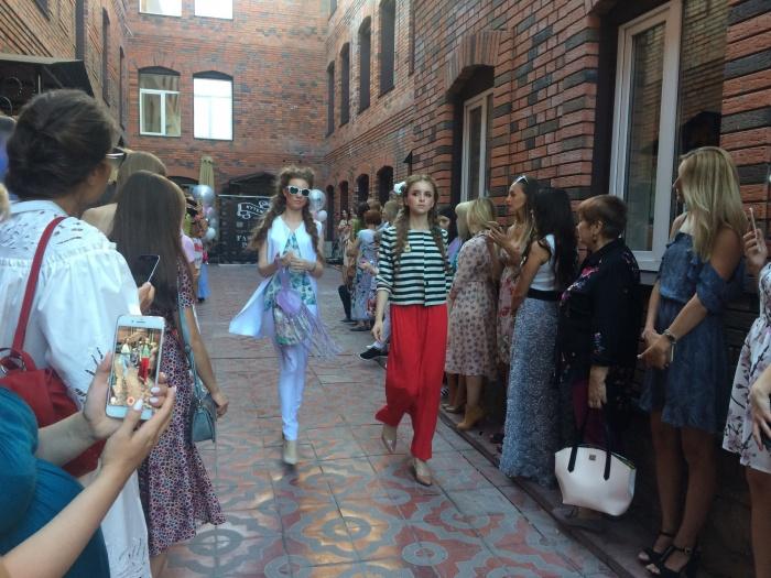 Новосибирские дизайнеры устроили модный показ на улице в центре города (фото)