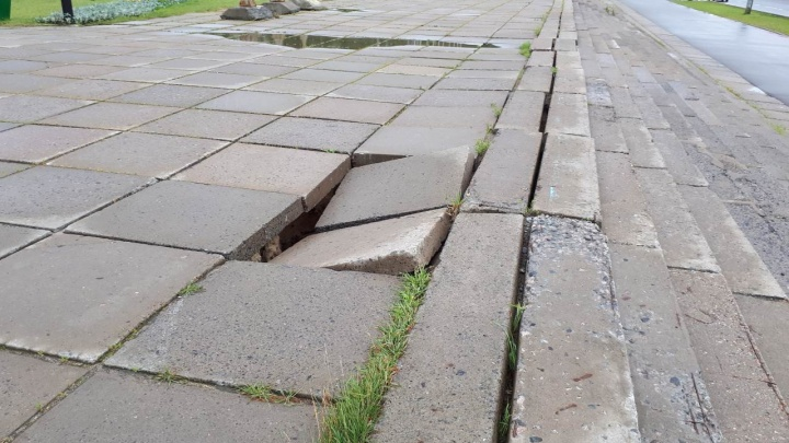 Лестницу и плиты у высотки в Архангельске отремонтируют за 6,6 миллиона рублей