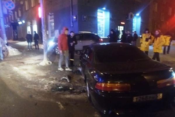 Одну из машин от удара отбросило в угол здания