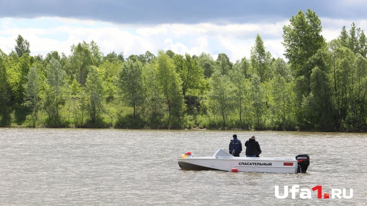 Утонул на диком пляже: башкирские спасатели достали из воды тело 38-летнего мужчины