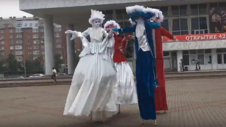 На Театральной площади устроили представление с артистами на ходулях