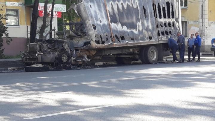 Ночной пожар: на улице Авроры грузовик сгорел дотла