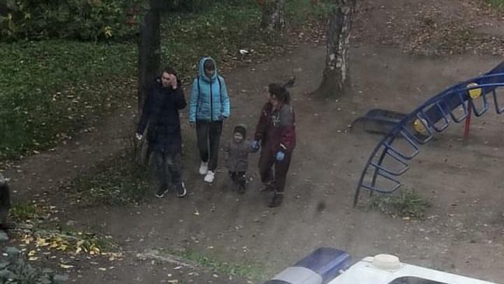 Пермяки вызвали полицию, обнаружив одинокую двухлетнюю девочку на детской площадке