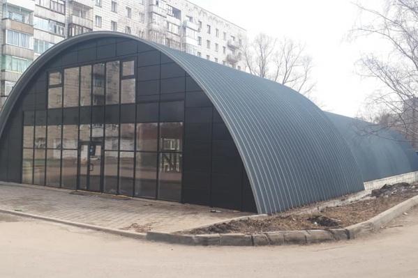 С двух сторон здания глухие стены, а ещё две стороны застеклены и в них установлены двери. Само здание напоминает ангар