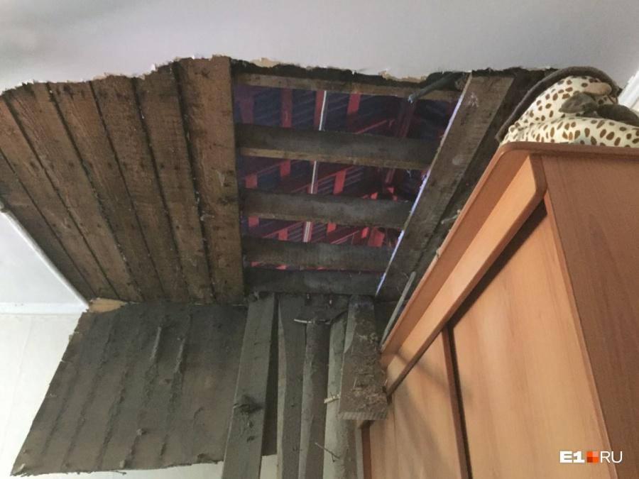 Вдоме наУрале вовремя капремонта рухнул потолок