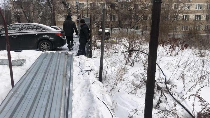 В Челябинске начали сносить забор вокруг стройки, доходившей до битвы с вилами и кровопролития