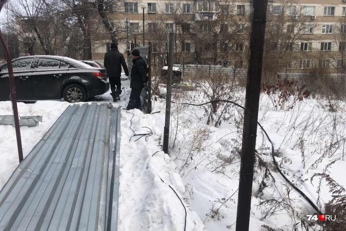 Сносить забор вокруг стройплощадкина пересечении улиц Калинина и Каслинской начали утром во вторник