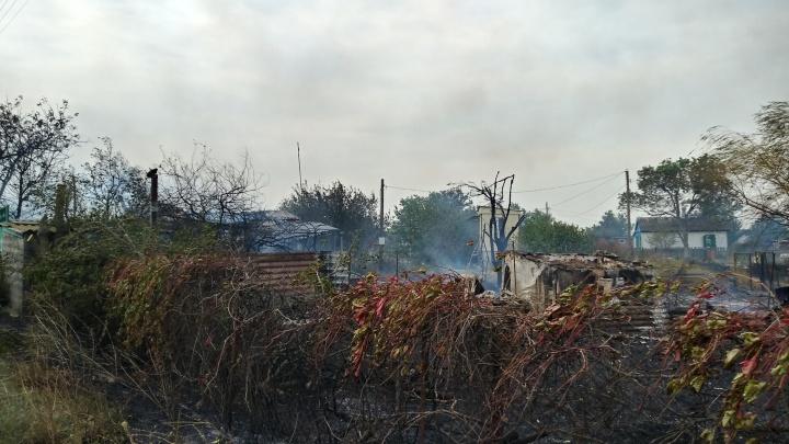В Азовском районе ландшафтный пожар перекинулся на жилой дом