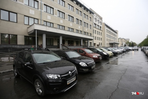 Помещения в четвертом подъезде здания на улице Цвиллинга, 22 сейчас занимает Фонд соцстраха