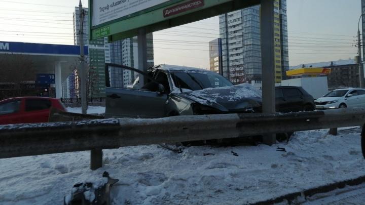 «Тойота» влетела в рекламный щит на Ипподромской