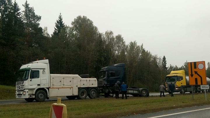В ДТП на М-8 тягач снёс строительные перекрытия и улетел с дороги