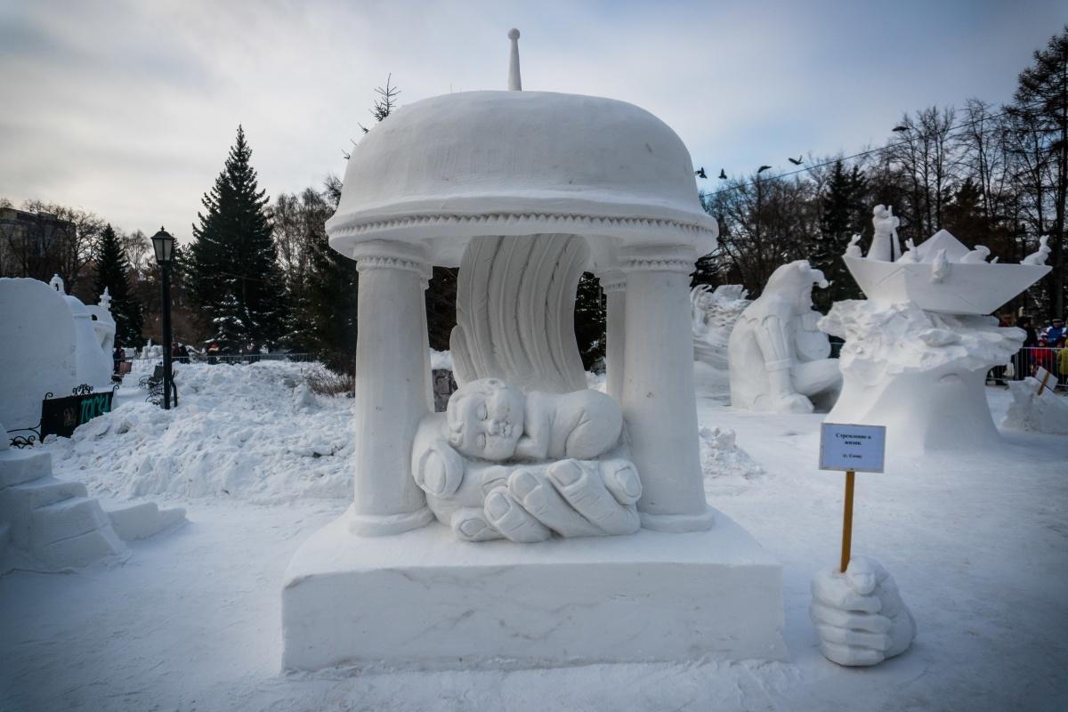Скульптуры создавались из снежных блоков высотой три метра
