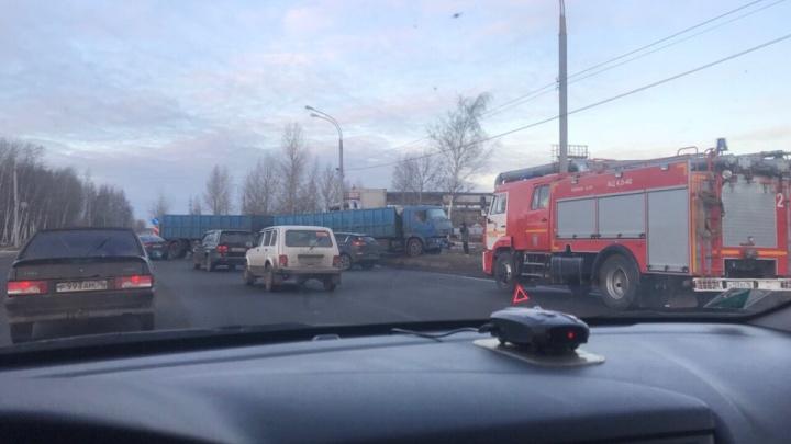 На несколько часов перекрыл движение: в Ярославле грузовик с прицепом развернуло поперёк дороги