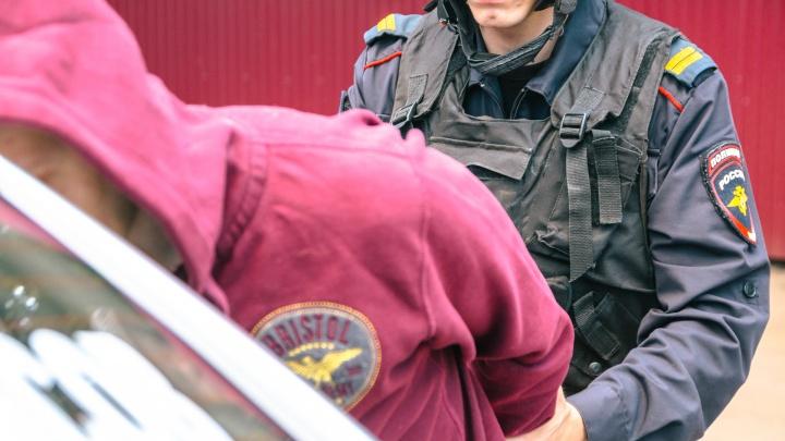 В Самаре полицейские задержали мужчину, который гулял по улице Победы с 1 кг наркотиков