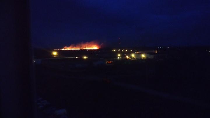 Сильный пожар вспыхнул в Кировском районе