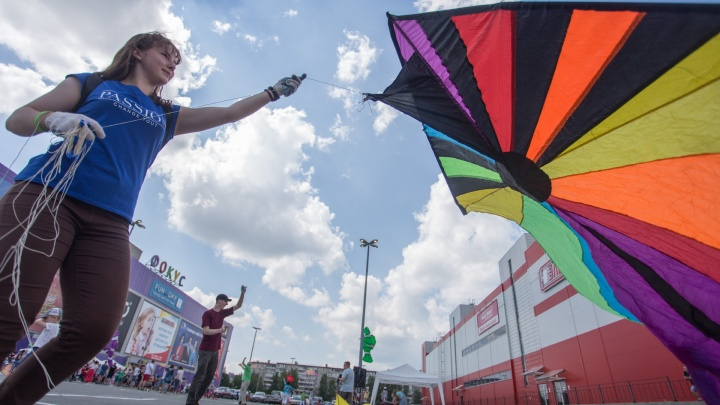 В Челябинске в небо выпустили гигантских бабочек и десятиметрового осьминога