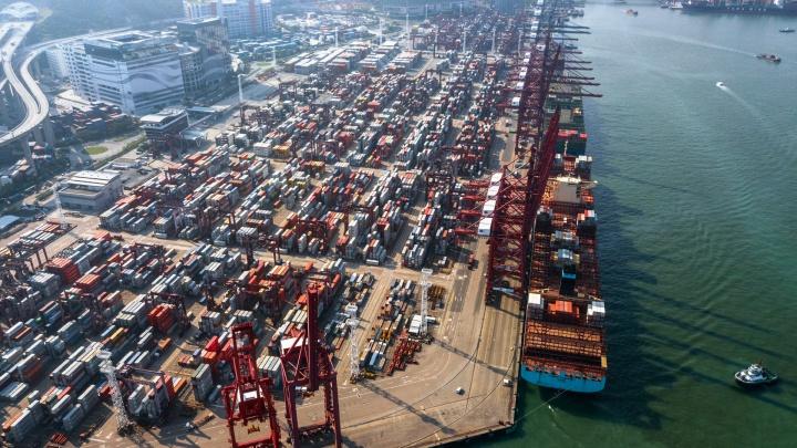 «Много-много контейнеров»: новосибирец снял порт Гонконга с высоты