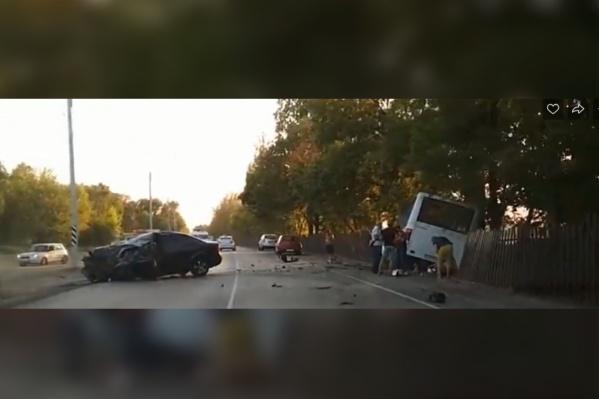 После удара автобус проломил забор и врезался в дерево