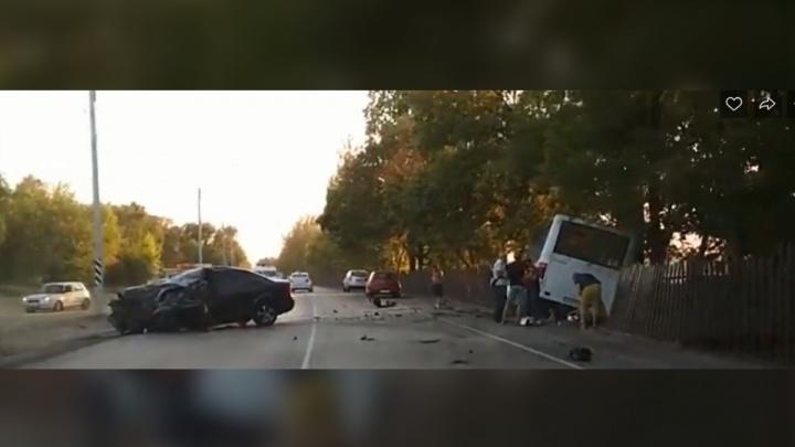 В интернете появилось видео столкновения пассажирского автобуса и иномарки на Левобережной