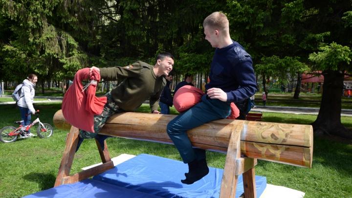 Лезли на столбы и избивали друг друга подушками: екатеринбуржцы отметили Сабантуй