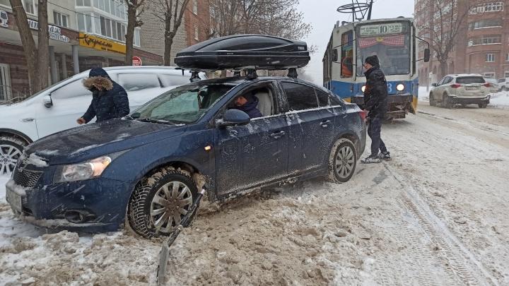 Власти Уфы отчаянно борются со снегом: чиновники совещаются ночами, но воз и ныне там — увяз
