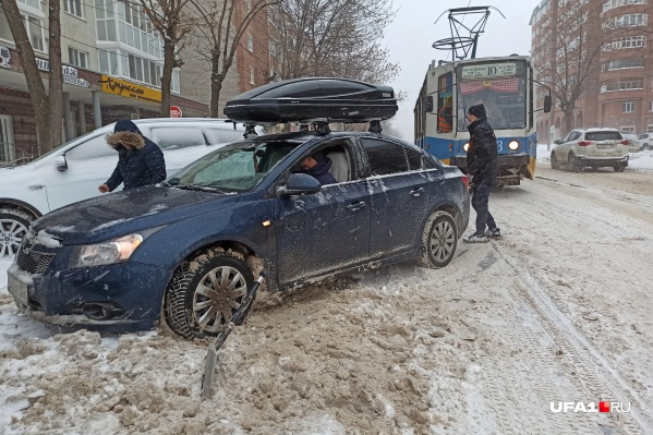 На улице Ленина увязший в сугробе автомобиль остановил движение трамваев