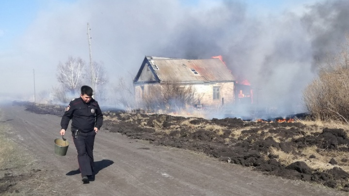 Полицейские рассказали, как потушили пожар у Петухово