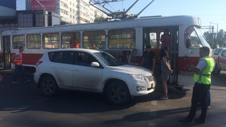 Заблокировали Московское шоссе: на Ново-Вокзальной столкнулись трамвай и «Тойота»