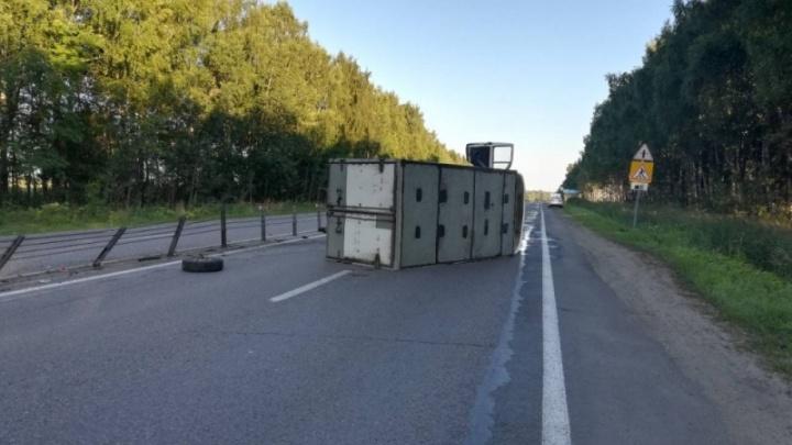 Развалился на всю дорогу: на трассе под Ярославлем опрокинулся грузовик