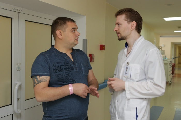 Пациент из Москвы Андрей и кардиолог новосибирской клиники Мешалкина Кирилл Нуркаев