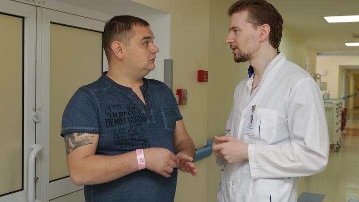 Новосибирские хирурги спасли мужчину с опасной болезнью молодых людей