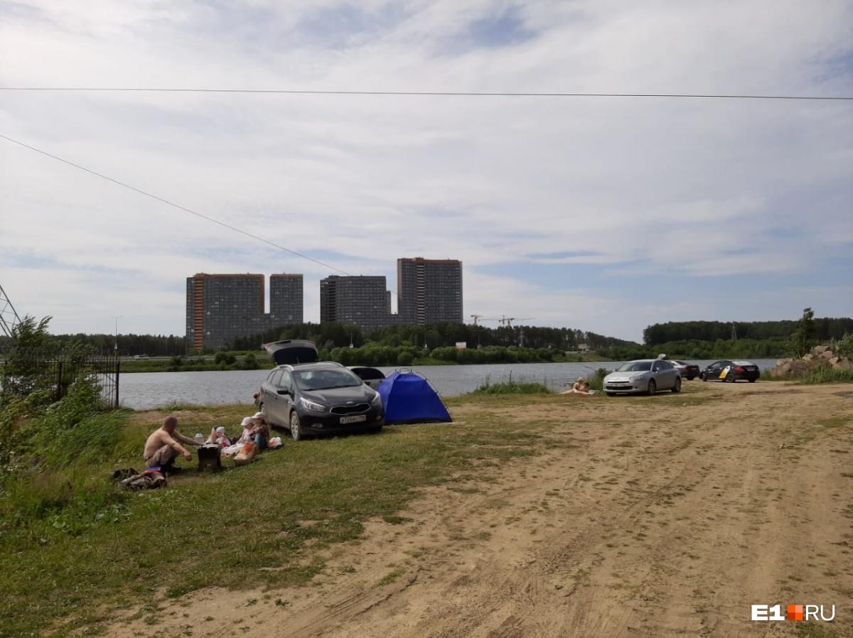 На дикий пляж у «Рамады» можно приехать даже с палатками