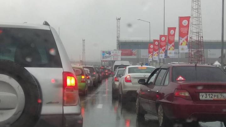 Проверяют каждую машину: на въезде на «Иннопром» собралась большая пробка