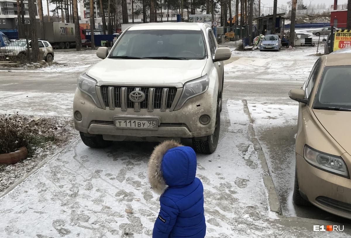 «Я паркуюсь как...»: автохам на остановке и парковка у футбольных ворот
