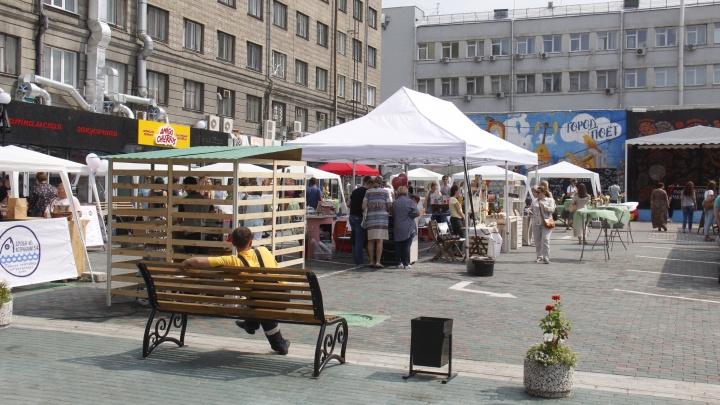 Базар с хипстерской едой занял парковку в центре Новосибирска. Здесь кормят стейками и чуросом