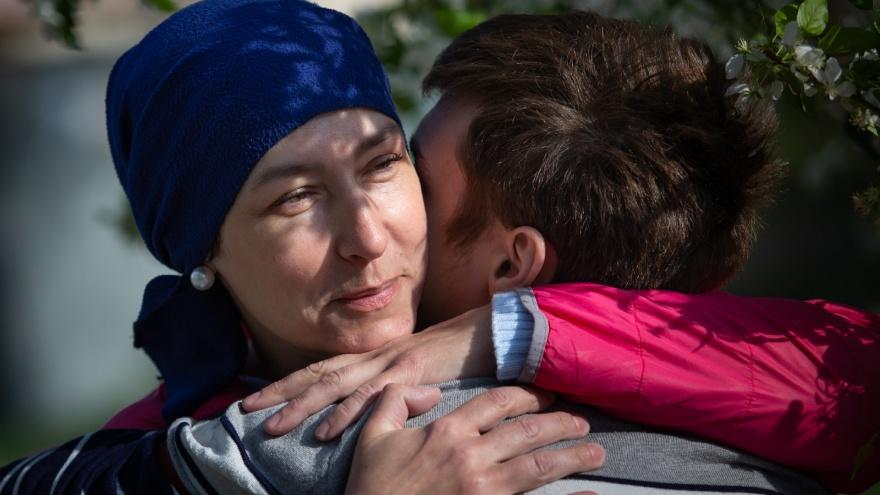 «У меня нет слов!»: челябинка погасила долг по алиментам матери-одиночки, больной раком