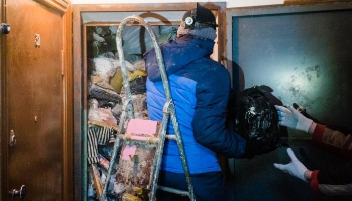 Надышались ядом: в Перми отравились рабочие, которые расчищали от мусора квартиру на Крупской