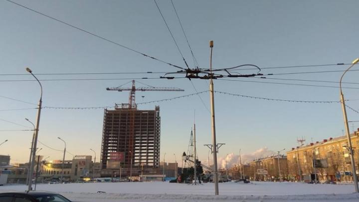 Первая пошла: с площади Маркса убрали новогоднюю ёлку